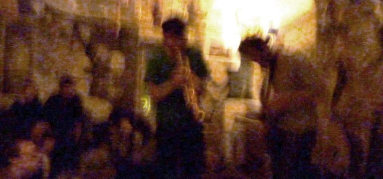 Dimanche soir dans un bar clandestin