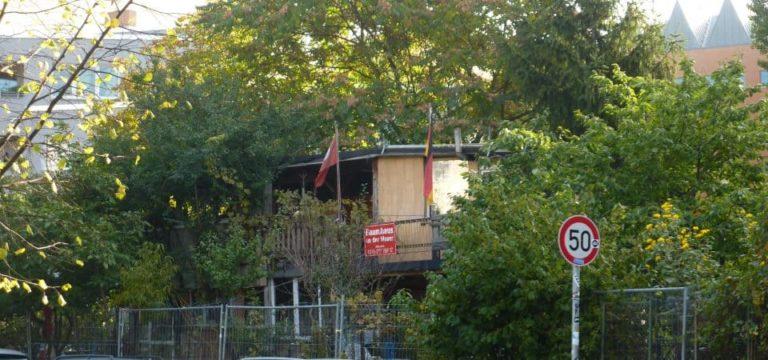 Une cabane entre deux arbres