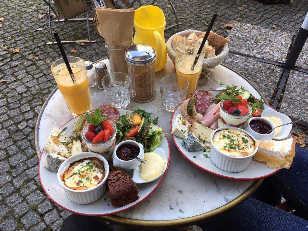 Assiettes de brunch au café Le Belfort