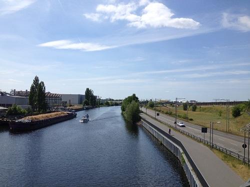 Autoroute et canal de Britz le long de l'ancien mur de Berlin