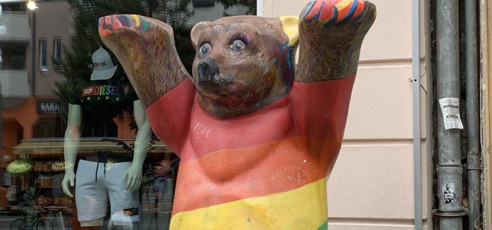Ours de Berlin aux couleurs queer et gay arc en ciel